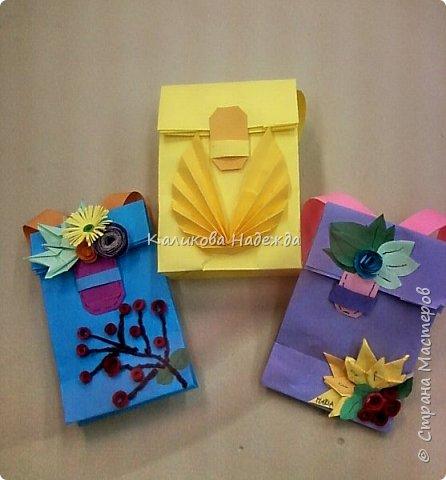 Любим с детьми делать красивые упаковки в виде пакетов на все праздники. А ко Дню учителя или на День знаний  пакет  легко превращается во вместительный  ранец, который готов принять в себя и шоколадку, и канцтовары, и яблочки, одним словом -подарочки. фото 2