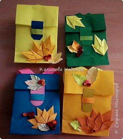 Любим с детьми делать красивые упаковки в виде пакетов на все праздники. А ко Дню учителя или на День знаний  пакет  легко превращается во вместительный  ранец, который готов принять в себя и шоколадку, и канцтовары, и яблочки, одним словом -подарочки. фото 29
