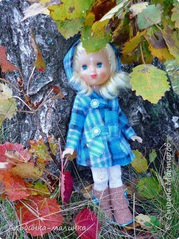 Я своей любимой куколке сшила пальто,шапочку,колготочки. Сделала сапожки из пористой пленки, и мы пошли гулять.  Осень Осень — рыжая девчонка Шьет наряды тонко-тонко: Красные, бордовые, желтые листки — Это лоскутки. Минухина К. фото 3
