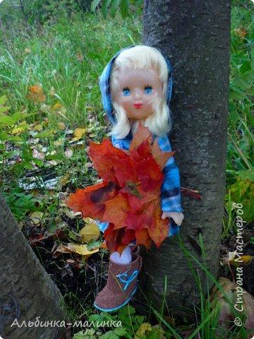 Я своей любимой куколке сшила пальто,шапочку,колготочки. Сделала сапожки из пористой пленки, и мы пошли гулять.  Осень Осень — рыжая девчонка Шьет наряды тонко-тонко: Красные, бордовые, желтые листки — Это лоскутки. Минухина К. фото 4