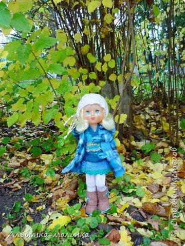 Я своей любимой куколке сшила пальто,шапочку,колготочки. Сделала сапожки из пористой пленки, и мы пошли гулять.  Осень Осень — рыжая девчонка Шьет наряды тонко-тонко: Красные, бордовые, желтые листки — Это лоскутки. Минухина К. фото 5