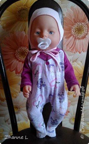 Подарили дочке куклу baby born и тут же она мне изложила «список» необходимой одежды, полазив в интернете нашла выкройку,  на основе которой делала уже нужные мне выкройки. Пока пошилось немного, но дочка довольна. Комбинезон из плащевки на флисе, опушка из искусственного меха. фото 3