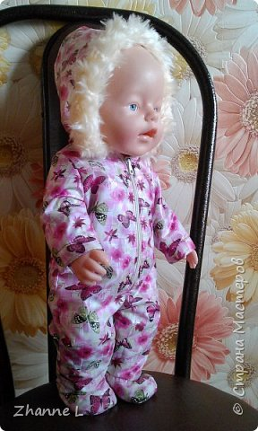 Подарили дочке куклу baby born и тут же она мне изложила «список» необходимой одежды, полазив в интернете нашла выкройку, на основе которой делала уже нужные мне выкройки. Пока пошилось немного, но дочка довольна. Комбинезон из плащевки на флисе, опушка из искусственного меха. фото 1