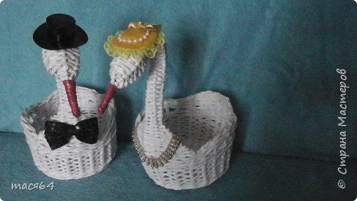 Здравствуйте жители Страны Мастеров! Заказали мне лебедей на юбилей свадьбы.Начала плести с маленького,но шея получалась толстовата и я его отложила,стала плести другого большего размера фото 2