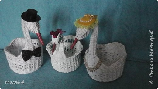 Здравствуйте жители Страны Мастеров! Заказали мне лебедей на юбилей свадьбы.Начала плести с маленького,но шея получалась толстовата и я его отложила,стала плести другого большего размера фото 1