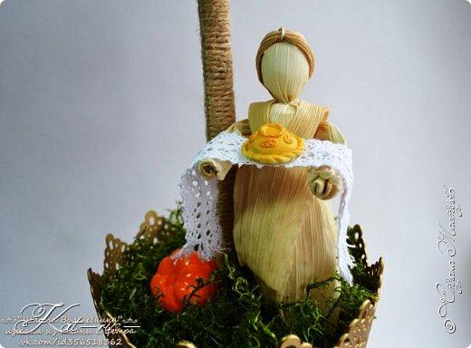 Осеннее дерево сделано на праздник осени в детский сад. Использовала природный материал (шишки, каштаны, рябина,шиповник, мох, кукурузные листья, различные сухие травинки.) акриловые краски, горячий клей. фото 5