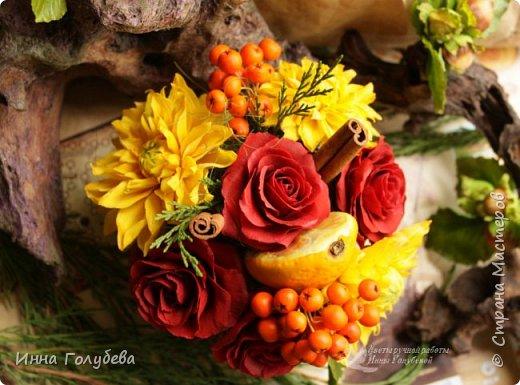 У осени особый,терпкий вкус Особый шарм,особая походка Смешались запах пряностей,мускус. И легкой грусти малая щепотка!  У осени просветы в облаках Намного меньше и дождем слезятся Охапки листьев у нее в руках. В аллеях,скверах,двориках ложатся.  У осени особый колорит Ее цветы впитали краски лета. И желто- красным пламенем горит. Палитра ее яркого портрета.  Недаром Пушкин осень воспевал. Она и живописцев вдохновляла. И как бы мир цветов не увядал И в ней особой прелести не мало! (авторство мое)    Вот и меня осень вдохновила на такую композицию,и стихи)   фото 4