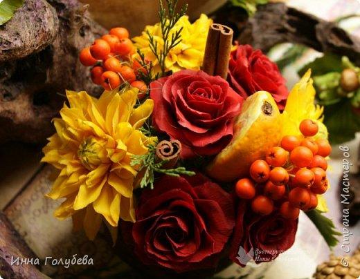 У осени особый,терпкий вкус Особый шарм,особая походка Смешались запах пряностей,мускус. И легкой грусти малая щепотка!  У осени просветы в облаках Намного меньше и дождем слезятся Охапки листьев у нее в руках. В аллеях,скверах,двориках ложатся.  У осени особый колорит Ее цветы впитали краски лета. И желто- красным пламенем горит. Палитра ее яркого портрета.  Недаром Пушкин осень воспевал. Она и живописцев вдохновляла. И как бы мир цветов не увядал И в ней особой прелести не мало! (авторство мое)    Вот и меня осень вдохновила на такую композицию,и стихи)   фото 3
