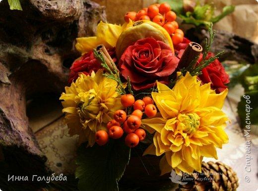 У осени особый,терпкий вкус Особый шарм,особая походка Смешались запах пряностей,мускус. И легкой грусти малая щепотка!  У осени просветы в облаках Намного меньше и дождем слезятся Охапки листьев у нее в руках. В аллеях,скверах,двориках ложатся.  У осени особый колорит Ее цветы впитали краски лета. И желто- красным пламенем горит. Палитра ее яркого портрета.  Недаром Пушкин осень воспевал. Она и живописцев вдохновляла. И как бы мир цветов не увядал И в ней особой прелести не мало! (авторство мое)    Вот и меня осень вдохновила на такую композицию,и стихи)   фото 14