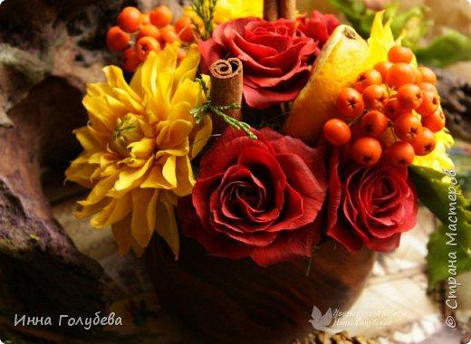 У осени особый,терпкий вкус Особый шарм,особая походка Смешались запах пряностей,мускус. И легкой грусти малая щепотка!  У осени просветы в облаках Намного меньше и дождем слезятся Охапки листьев у нее в руках. В аллеях,скверах,двориках ложатся.  У осени особый колорит Ее цветы впитали краски лета. И желто- красным пламенем горит. Палитра ее яркого портрета.  Недаром Пушкин осень воспевал. Она и живописцев вдохновляла. И как бы мир цветов не увядал И в ней особой прелести не мало! (авторство мое)    Вот и меня осень вдохновила на такую композицию,и стихи)   фото 2