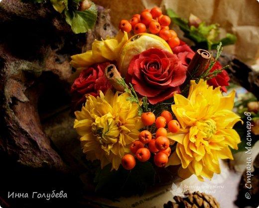 У осени особый,терпкий вкус Особый шарм,особая походка Смешались запах пряностей,мускус. И легкой грусти малая щепотка!  У осени просветы в облаках Намного меньше и дождем слезятся Охапки листьев у нее в руках. В аллеях,скверах,двориках ложатся.  У осени особый колорит Ее цветы впитали краски лета. И желто- красным пламенем горит. Палитра ее яркого портрета.  Недаром Пушкин осень воспевал. Она и живописцев вдохновляла. И как бы мир цветов не увядал И в ней особой прелести не мало! (авторство мое)    Вот и меня осень вдохновила на такую композицию,и стихи)   фото 1