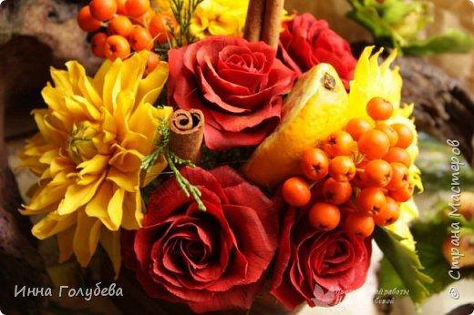 У осени особый,терпкий вкус Особый шарм,особая походка Смешались запах пряностей,мускус. И легкой грусти малая щепотка!  У осени просветы в облаках Намного меньше и дождем слезятся Охапки листьев у нее в руках. В аллеях,скверах,двориках ложатся.  У осени особый колорит Ее цветы впитали краски лета. И желто- красным пламенем горит. Палитра ее яркого портрета.  Недаром Пушкин осень воспевал. Она и живописцев вдохновляла. И как бы мир цветов не увядал И в ней особой прелести не мало! (авторство мое)    Вот и меня осень вдохновила на такую композицию,и стихи)   фото 13