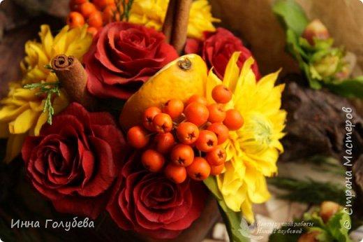 У осени особый,терпкий вкус Особый шарм,особая походка Смешались запах пряностей,мускус. И легкой грусти малая щепотка!  У осени просветы в облаках Намного меньше и дождем слезятся Охапки листьев у нее в руках. В аллеях,скверах,двориках ложатся.  У осени особый колорит Ее цветы впитали краски лета. И желто- красным пламенем горит. Палитра ее яркого портрета.  Недаром Пушкин осень воспевал. Она и живописцев вдохновляла. И как бы мир цветов не увядал И в ней особой прелести не мало! (авторство мое)    Вот и меня осень вдохновила на такую композицию,и стихи)   фото 9