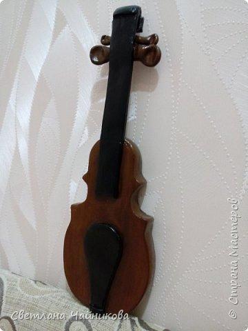 Добрый день!!! Очень давно слепила вот эту скрипку, по размерам она большая!!! Может кто поможет, подскажет, как можно струны сделать? И как ее до оформить для подарка или сувенира?  фото 3