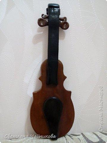 Добрый день!!! Очень давно слепила вот эту скрипку, по размерам она большая!!! Может кто поможет, подскажет, как можно струны сделать? И как ее до оформить для подарка или сувенира?  фото 1