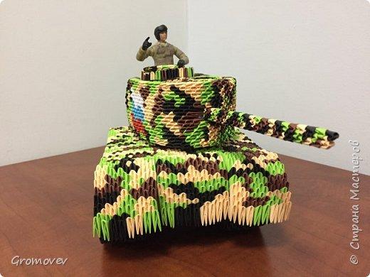 Танк в боевой раскраске фото 1
