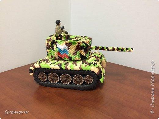 Танк в боевой раскраске фото 3