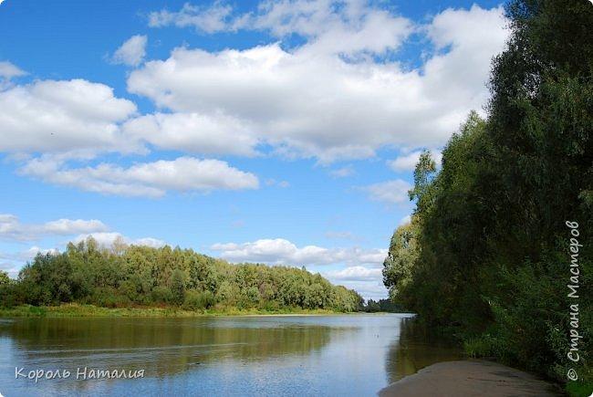 Добрый вечер! Посчастливилось неделю назад погулять на природе. Было достаточно тепло, солнышко ласково светило и календарная осень никак не ощущалась, да и настроение было летнее. Но приехав домой и рассматривая фотографии, я заметила, что все-таки осень берет свое... Воздух стал прозрачней, а небо кажется выше и дальше, чем летом. Глубокий, ярко-синий его цвет по-особенному отражается в воде. И хотя кроны деревьев еще не усыпаны золотом осени, кое-где проступает желтизна... фото 11