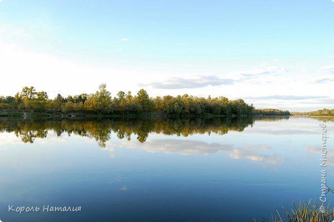 Добрый вечер! Посчастливилось неделю назад погулять на природе. Было достаточно тепло, солнышко ласково светило и календарная осень никак не ощущалась, да и настроение было летнее. Но приехав домой и рассматривая фотографии, я заметила, что все-таки осень берет свое... Воздух стал прозрачней, а небо кажется выше и дальше, чем летом. Глубокий, ярко-синий его цвет по-особенному отражается в воде. И хотя кроны деревьев еще не усыпаны золотом осени, кое-где проступает желтизна... фото 14