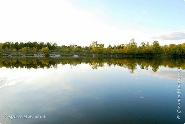 Добрый вечер! Посчастливилось неделю назад погулять на природе. Было достаточно тепло, солнышко ласково светило и календарная осень никак не ощущалась, да и настроение было летнее. Но приехав домой и рассматривая фотографии, я заметила, что все-таки осень берет свое... Воздух стал прозрачней, а небо кажется выше и дальше, чем летом. Глубокий, ярко-синий его цвет по-особенному отражается в воде. И хотя кроны деревьев еще не усыпаны золотом осени, кое-где проступает желтизна... фото 15