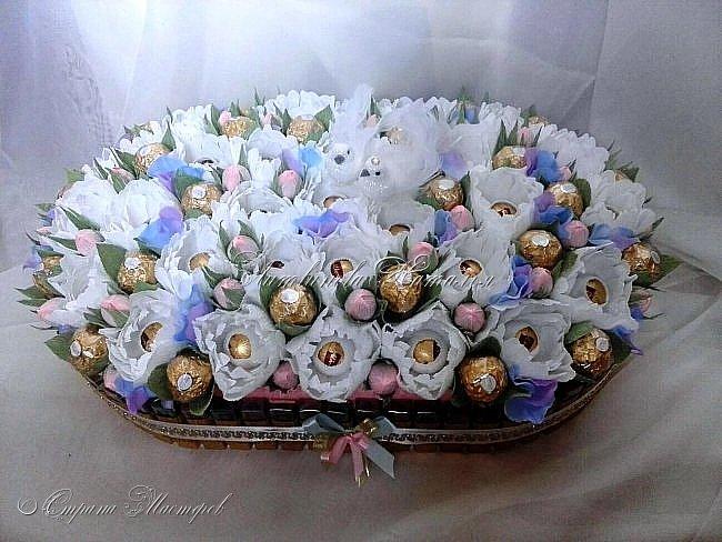 """От моей любимой клиентки поступил заказ......Подарок на свадьбу и букетик с Рафаэлло..... Не успев опомниться от корабля для нее http://stranamasterov.ru/node/1048285 - как обычно сказала - СДЕЛАЮ !!!   В составе этой композиции 750гр """"Мерси"""", 300гр """"Роше"""", 300гр """"Dolche Alberto"""" и 150гр """"Шарлет трюфель"""" = 1,5 кг размер 27см * 47см фото 1"""