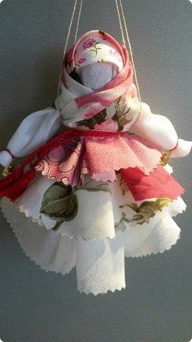 У меня появилось новое увлечение - обережные куколки. Это  Крупеничка или Зерновушка. Внутри нее - мешочек с крупой. Крупеничка ( зерновушка)- является одной из разновидностей народных кукол-оберегов. Такое название куколка получила из-за того, что внутри она наполнена крупой (зерном), как правило, гречкой. Крупеничка должна быть кругленькой, толстушкой. Считается, что она приносит в дом достаток, благополучие, помогает добиться успехов в работе. фото 6