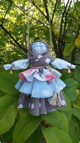 У меня появилось новое увлечение - обережные куколки. Это  Крупеничка или Зерновушка. Внутри нее - мешочек с крупой. Крупеничка ( зерновушка)- является одной из разновидностей народных кукол-оберегов. Такое название куколка получила из-за того, что внутри она наполнена крупой (зерном), как правило, гречкой. Крупеничка должна быть кругленькой, толстушкой. Считается, что она приносит в дом достаток, благополучие, помогает добиться успехов в работе. фото 7