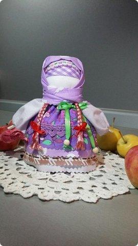 У меня появилось новое увлечение - обережные куколки. Это  Крупеничка или Зерновушка. Внутри нее - мешочек с крупой. Крупеничка ( зерновушка)- является одной из разновидностей народных кукол-оберегов. Такое название куколка получила из-за того, что внутри она наполнена крупой (зерном), как правило, гречкой. Крупеничка должна быть кругленькой, толстушкой. Считается, что она приносит в дом достаток, благополучие, помогает добиться успехов в работе. фото 4