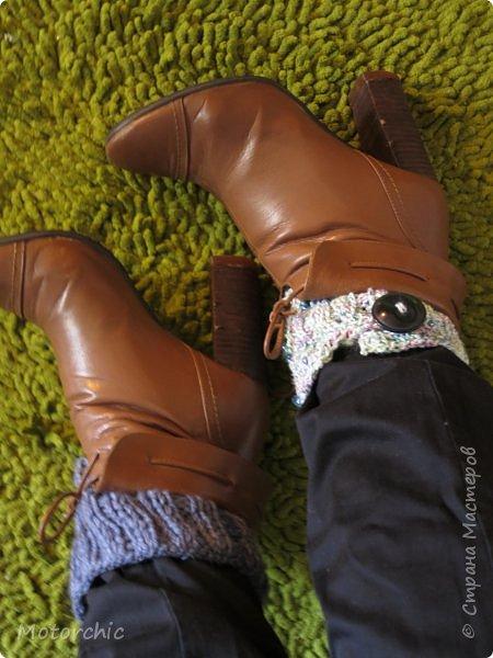 """Хоть я и не люблю вязать, иногда что-то небольшое и простое в исполнении меня притягивает. Так произошло и в данном случае. Уже второй год наблюдаю популярность за границей таких элементов гардероба, которые """"у них"""" называются boot cuffs, - дословно, оковы для ботинок. Как перевести корректно не знаю, но это что-то вроде манжетов-браслетов для ног, которые надеваются при носке сапог и ботинок, и имеют несколько полезных и не очень функций. И несмотря на то, что я не люблю высокие сапоги, все-таки решила связать эти элементы, вдруг пригодятся. фото 4"""