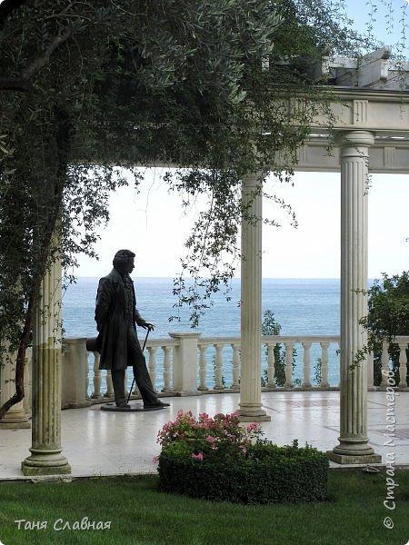 Разговор пойдет о Крыме, а первая фотография – вовсе не море и кипарисы. Это - мозаичные окна в Ханском дворце в Бахчисарае, посмотрите, какие краски и солнечные блики на стенах и полу! и вот именно такое разноцветье и ёканье сердца у меня в душе – от  любимого Крыма. В моей голове такой же калейдоскоп пестрых, ярких, солнечных воспоминаний об отпуске в Крыму... фото 30
