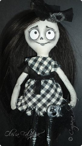 Была у меня одна заготовка для куклы, делалась для проверки выкройки. Жалко выло выбросить, но и делать что с ней трудно было придумать. Ну чудище получилось(  А сегодня подумала - а почему бы нет? Ну страшилище, и ну и прекрасно!  Вот она мой первый дедлик.  Фото не ч/б, это ч/б кукла. фото 5