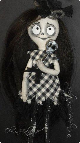 Была у меня одна заготовка для куклы, делалась для проверки выкройки. Жалко выло выбросить, но и делать что с ней трудно было придумать. Ну чудище получилось(  А сегодня подумала - а почему бы нет? Ну страшилище, и ну и прекрасно!  Вот она мой первый дедлик.  Фото не ч/б, это ч/б кукла. фото 2