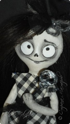 Была у меня одна заготовка для куклы, делалась для проверки выкройки. Жалко выло выбросить, но и делать что с ней трудно было придумать. Ну чудище получилось(  А сегодня подумала - а почему бы нет? Ну страшилище, и ну и прекрасно!  Вот она мой первый дедлик.  Фото не ч/б, это ч/б кукла. фото 1