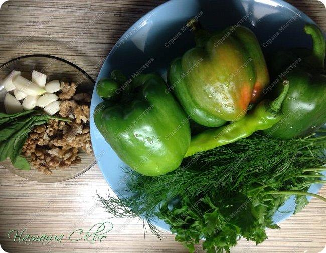 Всем доброго времени суток! Отличный соус для осени, вкусно и полезно, а заодно и профилактика! Пропорции примерные. Корректируем на свой вкус. НА 3-4 ЗЕЛЕНЫЕ ГОГОШАРИНЫ ( или сладкий перец, если хотите соус более мягкого вкуса) нужно взять: - 1 стручок острого перца зеленого цвета; - головку чеснока; - пяток листьев базилика; - по хорошему пучку вашей любимой зелени ( у меня укроп+ петрушка).  фото 1