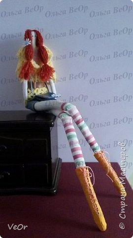 Захотелось мне сшить себе Тильду, но свою, особенную... изменила выкройку и удлинила ей ножки, получилась у меня такая длинноногая красавица! Ростом 55см! Результатом довольна! Сидит теперь у меня на полке, ножки свои длинные свесив)) фото 1