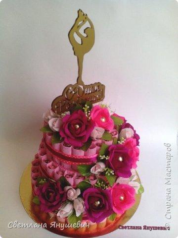 Привет всем!  У меня сегодня тортик, мой первый тортик! И большой!  Подарок для тренера по фигурному катанию, молодой и симпатичной девушки.  Очень надеюсь, что он ей понравится.  В составе: 75 конфеток Чио Рио, 11 конфет Осенний вальс и 15 Шарлеток (трюфель и лесной орех). фото 2