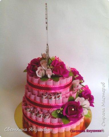 Привет всем!  У меня сегодня тортик, мой первый тортик! И большой!  Подарок для тренера по фигурному катанию, молодой и симпатичной девушки.  Очень надеюсь, что он ей понравится.  В составе: 75 конфеток Чио Рио, 11 конфет Осенний вальс и 15 Шарлеток (трюфель и лесной орех). фото 3