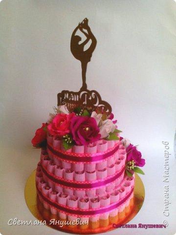 Привет всем!  У меня сегодня тортик, мой первый тортик! И большой!  Подарок для тренера по фигурному катанию, молодой и симпатичной девушки.  Очень надеюсь, что он ей понравится.  В составе: 75 конфеток Чио Рио, 11 конфет Осенний вальс и 15 Шарлеток (трюфель и лесной орех). фото 4