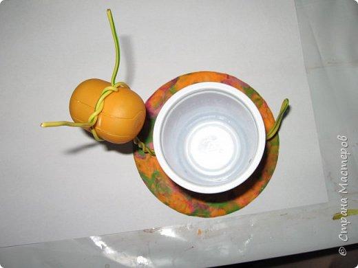 Осень, время поделок из природного материала...  Ёжик у пенька с грибами. В основе пенька пластиковый стаканчик от мороженого, и облеплен пластилином, мох; ёжик - киндер обмазан пластилином и украшен семенами подсолнечника; грибы (должны были быть опята, из палочек и шляпок от желудей, но в виду их отсутствия вышли другие грибочки) - березовые палочки, пластилин и скорлупа грецких орехов; в основании всей композиции диск компьютерный. фото 15