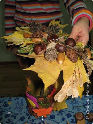 Осень, время поделок из природного материала...  Ёжик у пенька с грибами. В основе пенька пластиковый стаканчик от мороженого, и облеплен пластилином, мох; ёжик - киндер обмазан пластилином и украшен семенами подсолнечника; грибы (должны были быть опята, из палочек и шляпок от желудей, но в виду их отсутствия вышли другие грибочки) - березовые палочки, пластилин и скорлупа грецких орехов; в основании всей композиции диск компьютерный. фото 29