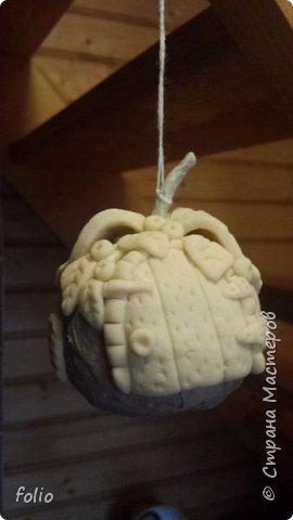 Здравствуйте, мастера! Вот еще одну работу закончила, на этот раз решила сделать яблочки в своей любимой технике, которой меня научила Надежда Н.К. http://stranamasterov.ru/node/848291, еще раз спасибо ей)) Казалось бы, яблочки не большие, по размеру как настоящие, вроде бы и работы не много. Но, оказалось совсем не так...  Яблоки же круууглыыыеееее!!!!  Ну очень не удобно наносить тесто по кругу, да и дальнейшая работа по очереди.. сохнет то верх, то низ... красить то верх, то низ... лачить ... и т.д.  Время ушло не мало... фото 13