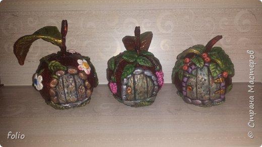 Здравствуйте, мастера! Вот еще одну работу закончила, на этот раз решила сделать яблочки в своей любимой технике, которой меня научила Надежда Н.К. http://stranamasterov.ru/node/848291, еще раз спасибо ей)) Казалось бы, яблочки не большие, по размеру как настоящие, вроде бы и работы не много. Но, оказалось совсем не так...  Яблоки же круууглыыыеееее!!!!  Ну очень не удобно наносить тесто по кругу, да и дальнейшая работа по очереди.. сохнет то верх, то низ... красить то верх, то низ... лачить ... и т.д.  Время ушло не мало... фото 21
