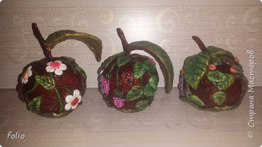 Здравствуйте, мастера! Вот еще одну работу закончила, на этот раз решила сделать яблочки в своей любимой технике, которой меня научила Надежда Н.К. http://stranamasterov.ru/node/848291, еще раз спасибо ей)) Казалось бы, яблочки не большие, по размеру как настоящие, вроде бы и работы не много. Но, оказалось совсем не так...  Яблоки же круууглыыыеееее!!!!  Ну очень не удобно наносить тесто по кругу, да и дальнейшая работа по очереди.. сохнет то верх, то низ... красить то верх, то низ... лачить ... и т.д.  Время ушло не мало... фото 22