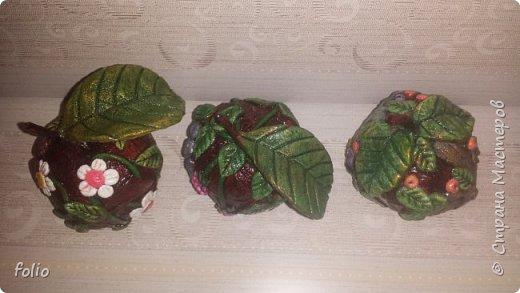 Здравствуйте, мастера! Вот еще одну работу закончила, на этот раз решила сделать яблочки в своей любимой технике, которой меня научила Надежда Н.К. http://stranamasterov.ru/node/848291, еще раз спасибо ей)) Казалось бы, яблочки не большие, по размеру как настоящие, вроде бы и работы не много. Но, оказалось совсем не так...  Яблоки же круууглыыыеееее!!!!  Ну очень не удобно наносить тесто по кругу, да и дальнейшая работа по очереди.. сохнет то верх, то низ... красить то верх, то низ... лачить ... и т.д.  Время ушло не мало... фото 23