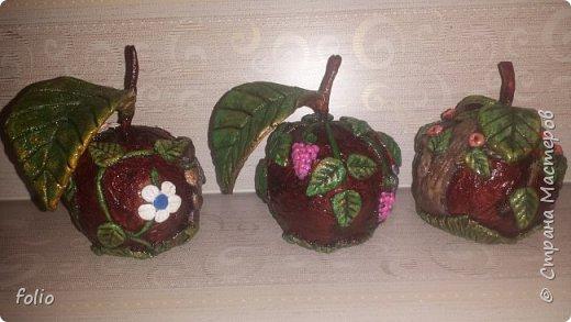 Здравствуйте, мастера! Вот еще одну работу закончила, на этот раз решила сделать яблочки в своей любимой технике, которой меня научила Надежда Н.К. http://stranamasterov.ru/node/848291, еще раз спасибо ей)) Казалось бы, яблочки не большие, по размеру как настоящие, вроде бы и работы не много. Но, оказалось совсем не так...  Яблоки же круууглыыыеееее!!!!  Ну очень не удобно наносить тесто по кругу, да и дальнейшая работа по очереди.. сохнет то верх, то низ... красить то верх, то низ... лачить ... и т.д.  Время ушло не мало... фото 24
