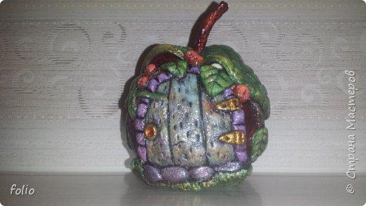Здравствуйте, мастера! Вот еще одну работу закончила, на этот раз решила сделать яблочки в своей любимой технике, которой меня научила Надежда Н.К. http://stranamasterov.ru/node/848291, еще раз спасибо ей)) Казалось бы, яблочки не большие, по размеру как настоящие, вроде бы и работы не много. Но, оказалось совсем не так...  Яблоки же круууглыыыеееее!!!!  Ну очень не удобно наносить тесто по кругу, да и дальнейшая работа по очереди.. сохнет то верх, то низ... красить то верх, то низ... лачить ... и т.д.  Время ушло не мало... фото 25