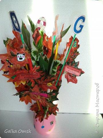 Подарок выполнила на палитре, все цвета радуги - помпоны из ниток фото 3