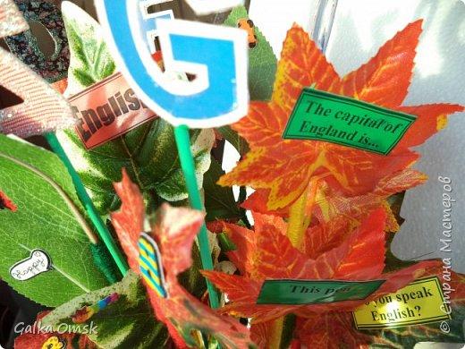 Подарок выполнила на палитре, все цвета радуги - помпоны из ниток фото 6