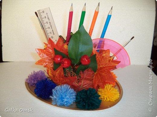 Подарок выполнила на палитре, все цвета радуги - помпоны из ниток фото 1