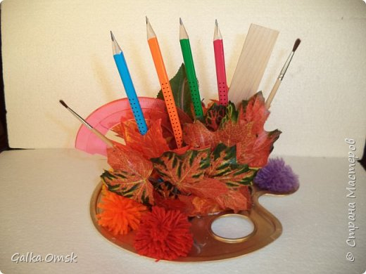 Подарок выполнила на палитре, все цвета радуги - помпоны из ниток фото 2